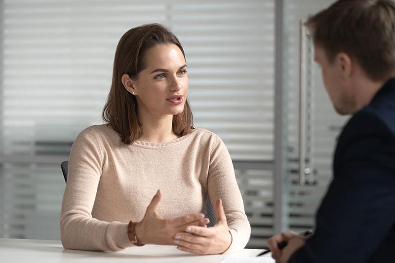 Eine Frau bei der Selbstvorstellung im Vorstellungsgespräch