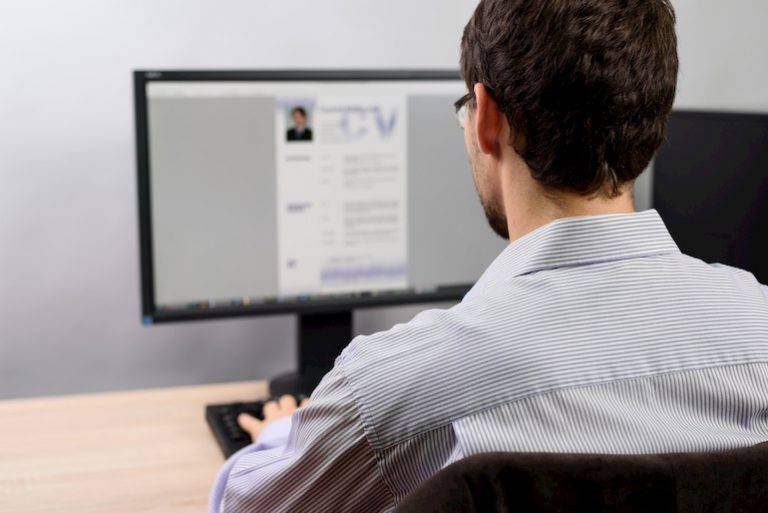Ein Bewerber schreibt eine Blindbewerbung am PC: