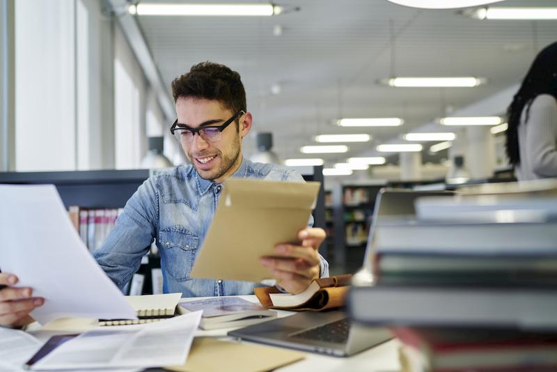 Student schreibt Bachelorarbeit im Unternehmen.