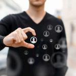 Ein Mann hält ein virtuelles Profilbild