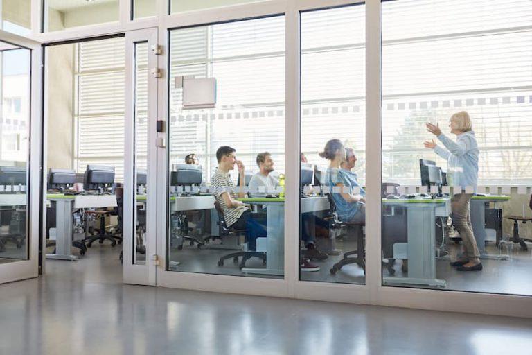 Lehrerin und Studenten im Unterrichtsraum