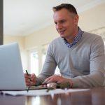 Ein Mann sitzt am Laptop und macht die Steuererklärung