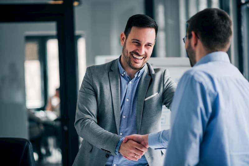 Ein Mann und sein Boss sind zufrieden, da sie einen Aufhebungsvertrag unterzeichnen