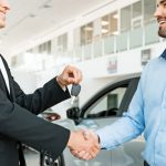 Ein Mann erhält einen Schlüssel für den Firmenwagen, ein beliebtes Mitarbeiter-Benefit