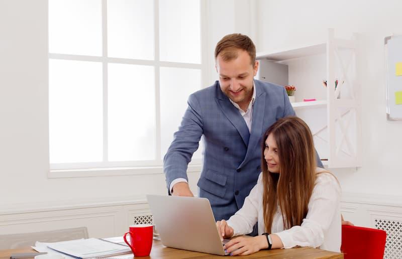 Ein Abteilungsleiter hilft einer Mitarbeiterin im Rahmen des betrieblichen Eingliederungsmanagements