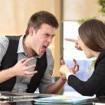 Ein Mann schreit seine Chefin an, ihm droht die außerordentliche Kündigung