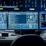 Mehrere Monitore in einem Büro zeigen Daten an, die wichtig für einen Digital Leader sind