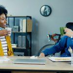 Zwei Mitarbeiter machen eine Kaffeepause - häuft es sich, kann es sich um Arbeitszeitbetrug handeln