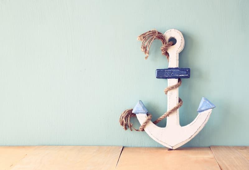 Ein Schiffsanker steht an einer Wand - hat er etwas mit dem Ankereffekt zu tun?