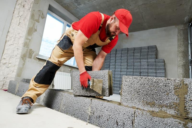 Ein Maurer bei der Arbeit, der Beruf endet oft in der Berufsunfähigkeit