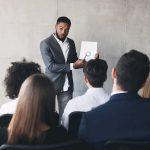 Ein Manager erklärt Mitarbeitern die betriebliche Altersvorsorge