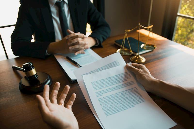Ein Mann ist beim Anwalt und diskutiert eine Kündigungsschutzklage