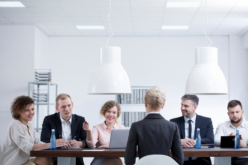Mehrere Mitglieder des Betriebsrats diskutieren mit der Chefin