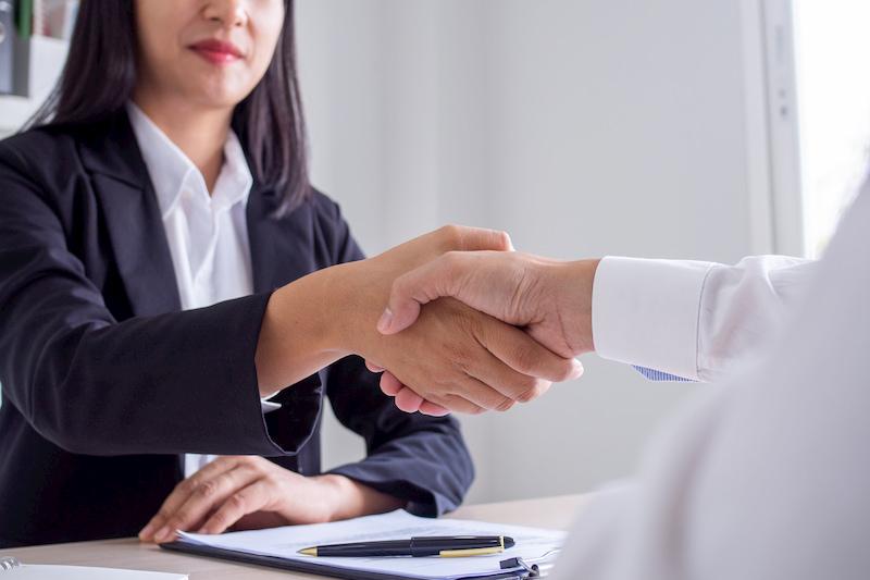 Nach Beschluss der Betriebsvereinbarung werden die Hände geschüttelt