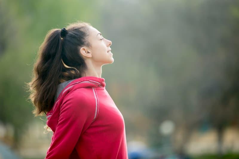 Eine Frau macht eine Atemübung, dies hilft bei der Work-Life-Balance