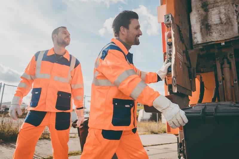 Arbeiter der Müllabfuhr tragen Arbeitskleidung