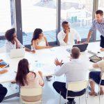 Ein Chef im Meeting mit seinen Mitarbeitern, er hat einen eigenen Führungsstil