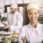 Eine Frau arbeitet als Bäckerin, sie ist in der Probezeit