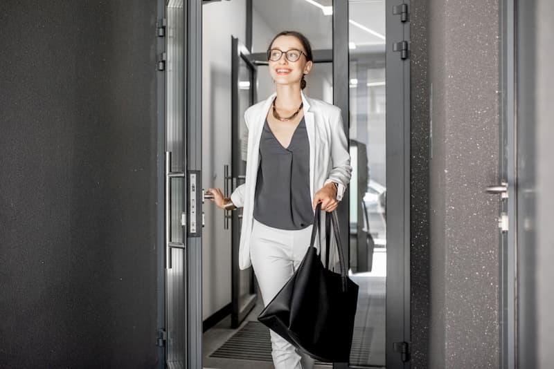 Eine Frau verlässt das Büro und macht Minusstunden
