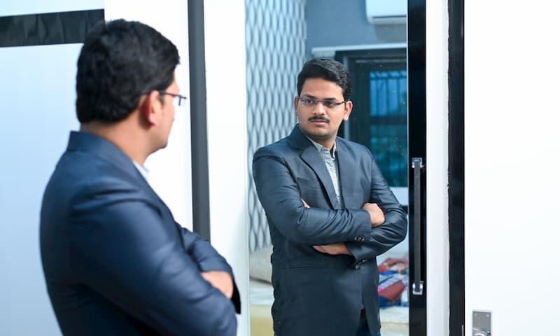 Ein Mann schaut in den Spiegel und denkt über seine Authentizität nach