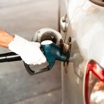 Ein Mann tankt sein Auto auf, Kosten auf dem Arbeitsweg sind absetzbar mit der Pendlerpauschale