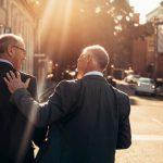 Zwei Geschäftsmänner unterhalten sich, insbesondere in kaufmännischen Berufen gibt es ein Wettbewerbsverbot