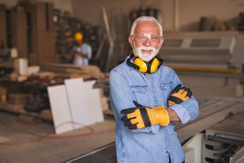 Ein Mann arbeitet als Tischler und steht kurz vor dem Renteneintritt