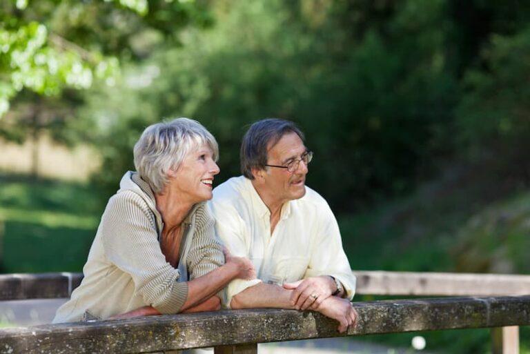 Ein Ehepaar genießt den Ruhestand