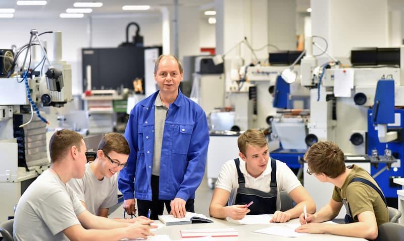 Ein Mann arbeitet in der Berufsschule nach der Umschulung zum Lehrer