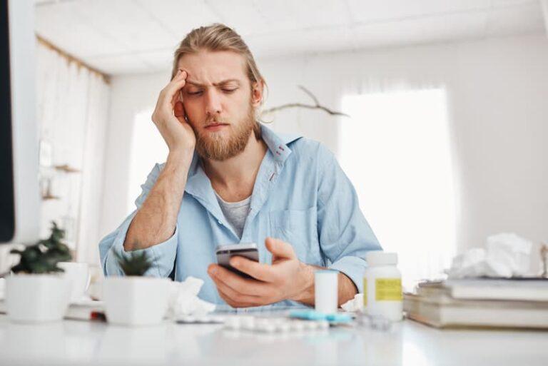Ein Mann ist krank und informiert sich über das Krankengeld