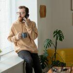 Ein Mann sitzt zuhause und telefoniert, denn er hat Rufbereitschaft