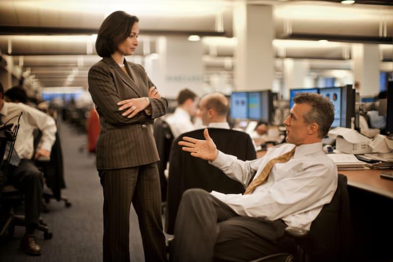 Eine Chefin erteilt dem Mitarbeiter eine Ermahnung