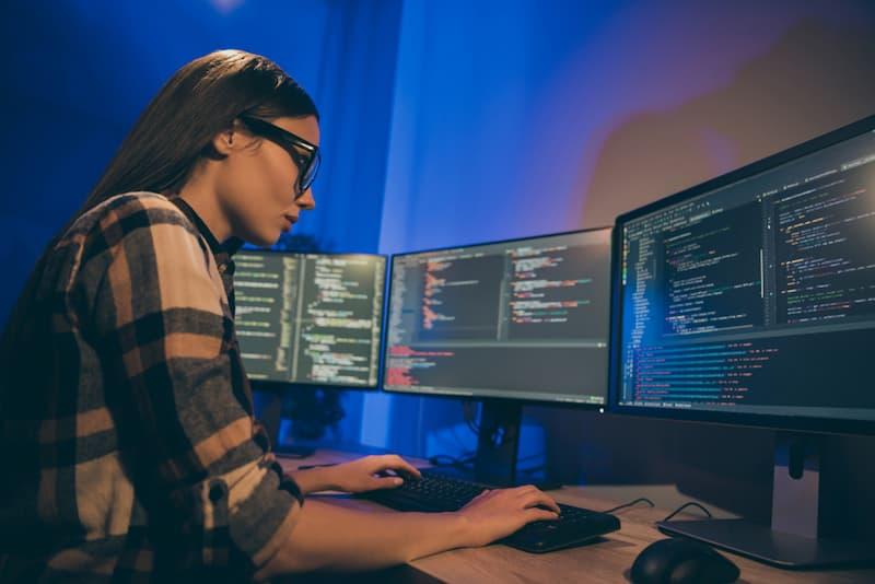 Eine Frau arbeitet in der IT, hier herrscht Fachkräftemangel
