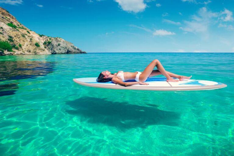Eine Frau im Urlaub, wieviel Mindesturlaub steht ihr zu?