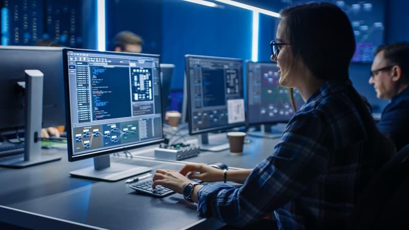 Eine Frau programmiert etwas am PC, dies ist ein Beispiel für Hard Skills