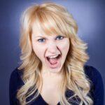 Eine Frau ist wütend und schreit, sie hat Kündigungsgründe erfahren
