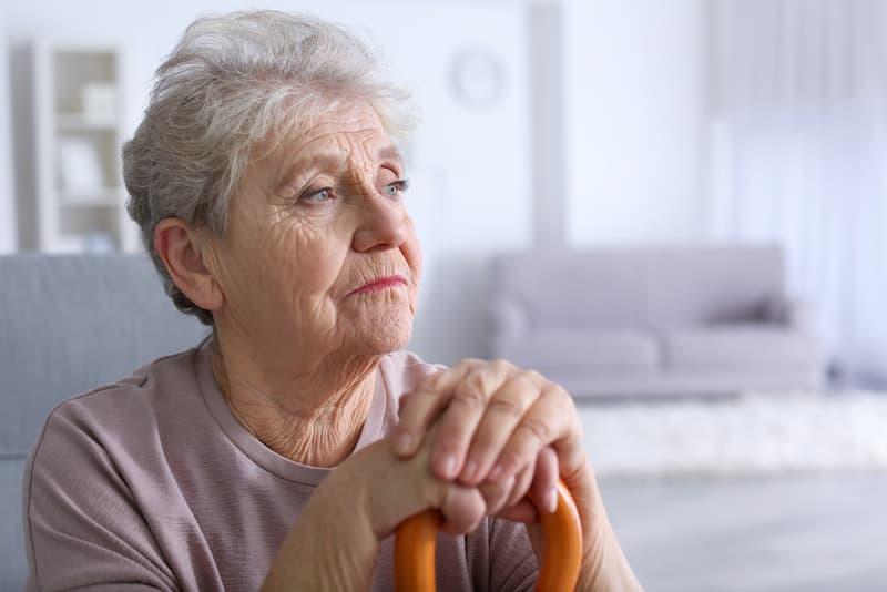 Eine Frau lebt in Altersarmut und ist nachdenklich