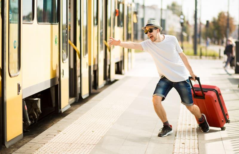 Ein Mann mit Koffer ist auf dem Weg in den Erholungsurlaub