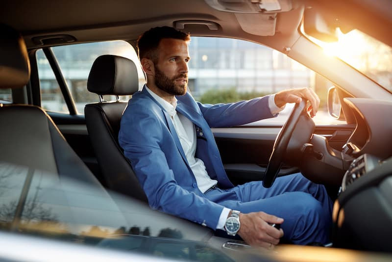 Ein Mann in einem Auto, dies ist ein geldwerter Vorteil, wenn es von der Firma gestellt wird