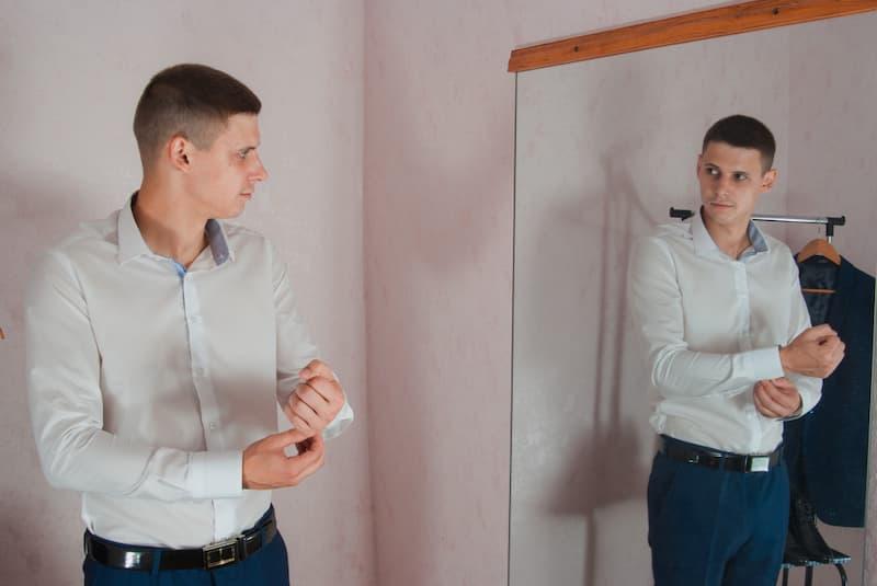 Mann prüft das Outfit für ein Vorstellungsgespräch