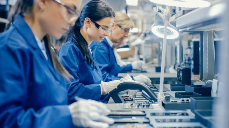Einige Frauen bei der Schichtarbeit in der Industrie
