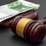 Symbolbild Entgeltfortzahlunsgesetz mit Richterhammer und Geldscheinen