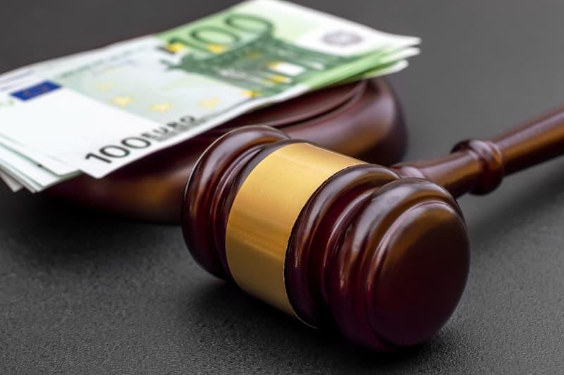 Symbolbild Entgeltfortzahlungsgesetz mit Richterhammer und Geldscheinen