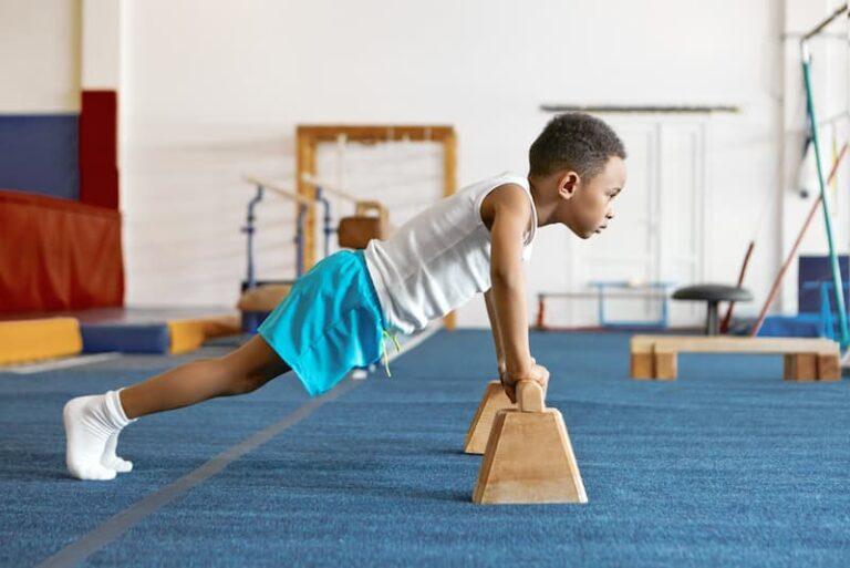 Ein Junge lernt Disziplin beim Sport