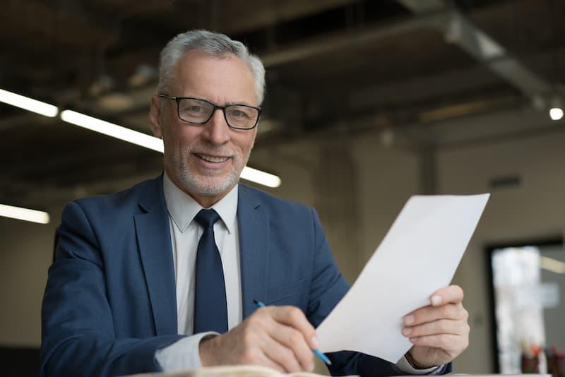 Ein Mann hält ein Resume in der Hand