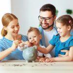 Eine Familie spart Geld, sie erhalten Kindergeld