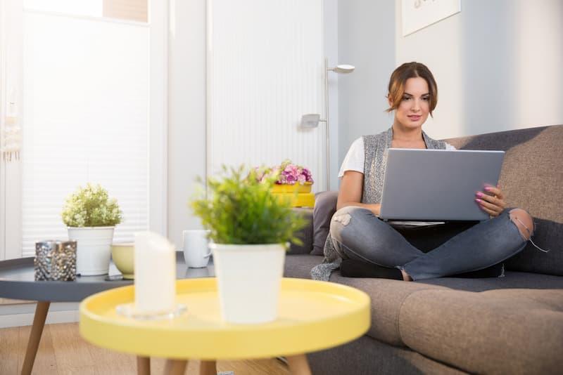 Eine Frau bei der Jobsuche im Internet