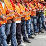 Mehrere Menschen bei einem Streik für bessere Arbeitsbedingungen