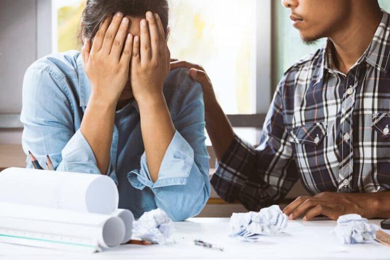Ein Mann zeigt Empathie gegenüber einer Mitarbeiterin