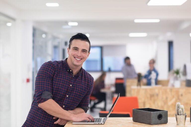 Ein Werkstudent im Büro